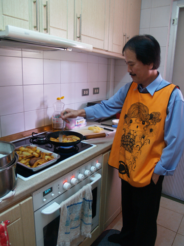 Dr Pak Lee frying his famous fried and crispy potatoes. Isn't his apron cute?!