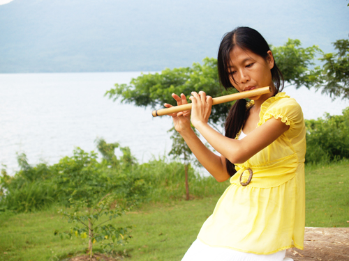 This is my favorite shot among the others. Baybra playing a bamboo flute with the lake as the background? Classic.