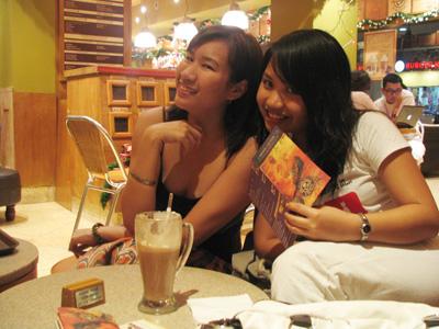 With Julie at Coffee Bean & Tea Leaf Damai Branch, Kota Kinabalu. Awesome DarkHotChocolateWithMarshmallows in front of me argh sedap sedap sedap.